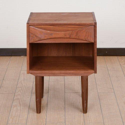 北欧デンマークのビンテージ家具/UD4013/ナイトテーブル/アルネボッダー