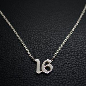 ■シルバー製ナンバーネックレス2桁【Mサイズ】-墨入れ-[オールドイングリッシュ書体]