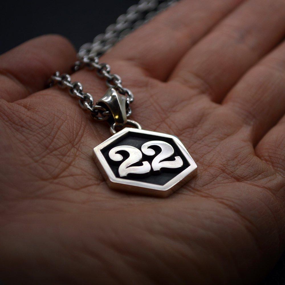 ■シルバー製オーダーメイドナンバーペンダント2桁【Lサイズ】-墨入れ-[セレブラル書体]六角枠 チェーン別売
