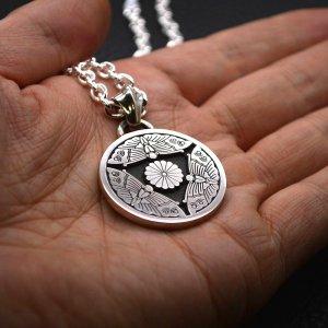■家紋ペンダントネックレス製作例【丸に三つ蝶十六菊】