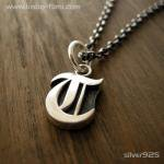 ■シルバー製イニシャルネックレス(T)-墨入れ仕上げ-[オールドイングリッシュ書体] ※チェーン付