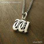 ■シルバー製イニシャルネックレス(W)-墨入れ仕上げ-[オールドイングリッシュ書体] ※チェーン付