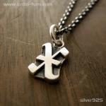 ■シルバー製イニシャルネックレス(X)-墨入れ仕上げ-[オールドイングリッシュ書体] ※チェーン付