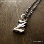 ■シルバー製イニシャルネックレス(Z)-墨入れ仕上げ-[オールドイングリッシュ書体] ※チェーン付