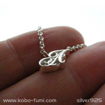 ◆シルバー製イニシャルネックレス(A)-銀無垢仕上げ-[カーリー書体] ※チェーン付