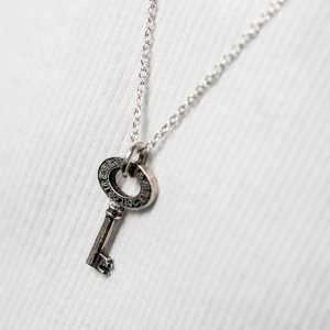 ■シルバー製オーダーキー(鍵型)ネックレス-墨入れ仕上げ-[オールドイングリッシュ書体]
