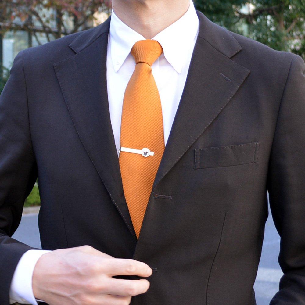 下がり藤の家紋ネクタイピンの着用イメージ