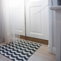 <img class='new_mark_img1' src='https://img.shop-pro.jp/img/new/icons26.gif' style='border:none;display:inline;margin:0px;padding:0px;width:auto;' />BRITA SWEDEN PLUSTIC RUG SMALL 〈OCEAN〉 ブリタスウェーデン ラグ