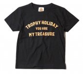 "TROPHY CLOTHING - ""HOLIDAY"" TREASURE LOGO TEE(KIDS SIZE)(子供服)(BLACK)"
