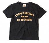 "TROPHY CLOTHING - ""HOLIDAY"" TREASURE LOGO TEE(KIDS SIZE)(子供服)(BLACK)"