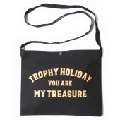 "<img class='new_mark_img1' src='https://img.shop-pro.jp/img/new/icons50.gif' style='border:none;display:inline;margin:0px;padding:0px;width:auto;' />TROPHY CLOTHING - ""HOLIDAY"" TREASURE SACOCHE BAG (BLACK)"