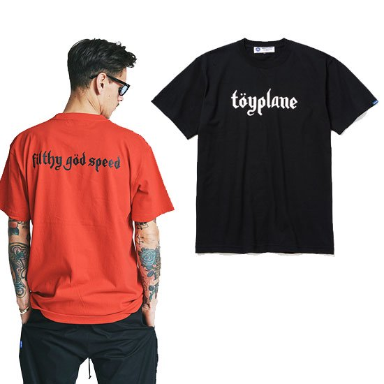 <img class='new_mark_img1' src='https://img.shop-pro.jp/img/new/icons12.gif' style='border:none;display:inline;margin:0px;padding:0px;width:auto;' />TOYPLANE UMLAUT LOGO TEE