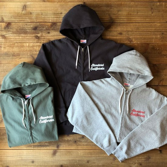 <img class='new_mark_img1' src='https://img.shop-pro.jp/img/new/icons12.gif' style='border:none;display:inline;margin:0px;padding:0px;width:auto;' />STANDARD CALIFORNIA SD US Cotton Zip Hood Script Logo Sweat Shirt