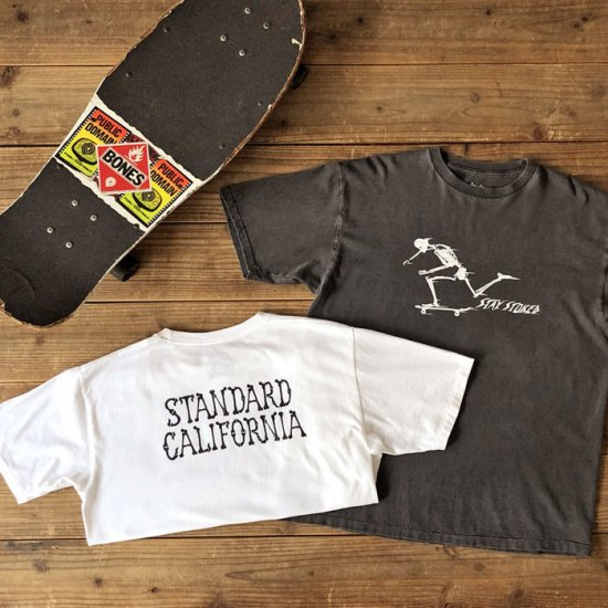 <img class='new_mark_img1' src='https://img.shop-pro.jp/img/new/icons50.gif' style='border:none;display:inline;margin:0px;padding:0px;width:auto;' />STANDARD CALIFORNIA AH × SD Stay Stoked Skate T