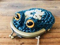 編みカゴ風カエルがま口 青