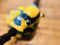 カエルの七色根付  黄色マーブルアマガエル 花青玉を持つ