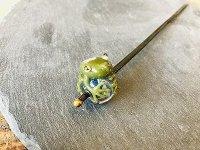 七色かんざし 濃い緑アマガエル 青マーブル玉を持つ