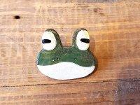 蛙の顔のブローチ