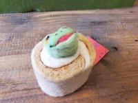 羊毛ロールケーキに巻かれるゲロゲーロ