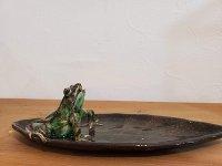 トノサマガエルの長いはっぱ皿