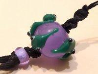 七色根付 緑色おたまじゃくし  紫玉を持つ