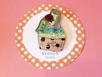 カップケーキとカエルのブローチ
