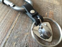 ピックに乗ったアマカエルのキーリング