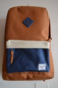 『Herschel Supply』<br>Heritage<br>CARMEL / NAVY<img class='new_mark_img2' src='//img.shop-pro.jp/img/new/icons47.gif' style='border:none;display:inline;margin:0px;padding:0px;width:auto;' />