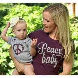 【ママ&ベビー】半袖Tシャツ&ロンパースセット「Peace Baby!」 M& 6months/ 18months (親子ペアTシャツ)