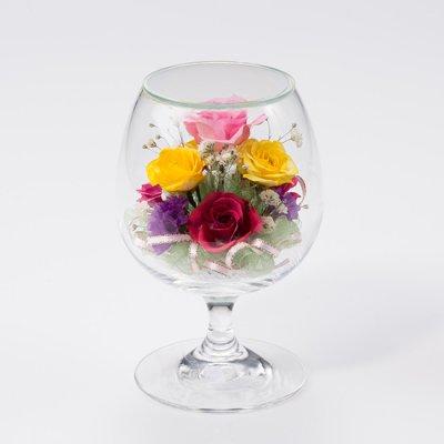 小さな色とりどりのかわいいバラをあしらったグラス2Sのボトルフラワー