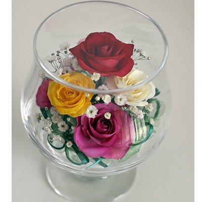 色とりどりのかわいいバラをカスミソウとアレンジしたグラスSのボトルフラワー