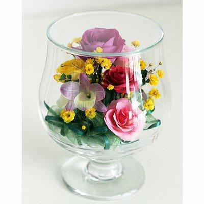 色とりどりのバラとかわいい蘭をアレンジしたグラスSのボトルフラワー