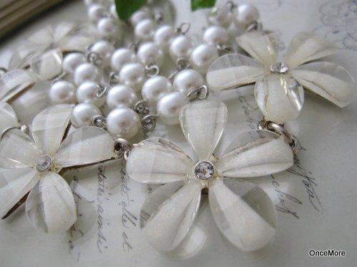 ホワイトフラワーとパールのネックレス