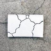 【ラスト1点】カガリユウスケ 薄型二つ折り財布 亀裂彫り 白壁 クラックホワイトmw-13 cc/wh【2020 有機的な個体】