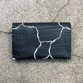 【ラスト1点】カガリユウスケ 薄型二つ折り財布 亀裂彫り 黒壁 クラックブラックmw-13 cc/bk【2020 有機的な個体】