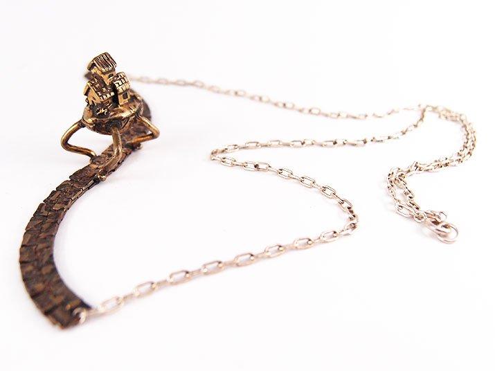fillyjonk フィリフヨンカ Steampunk necklace スチームパンク31号 歩くお家のネックレス