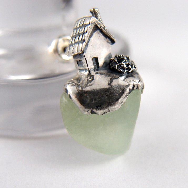 Fillyjonk フィリフヨンカ 小さなお家と天然石のピアス プレーナイト(1点もの)