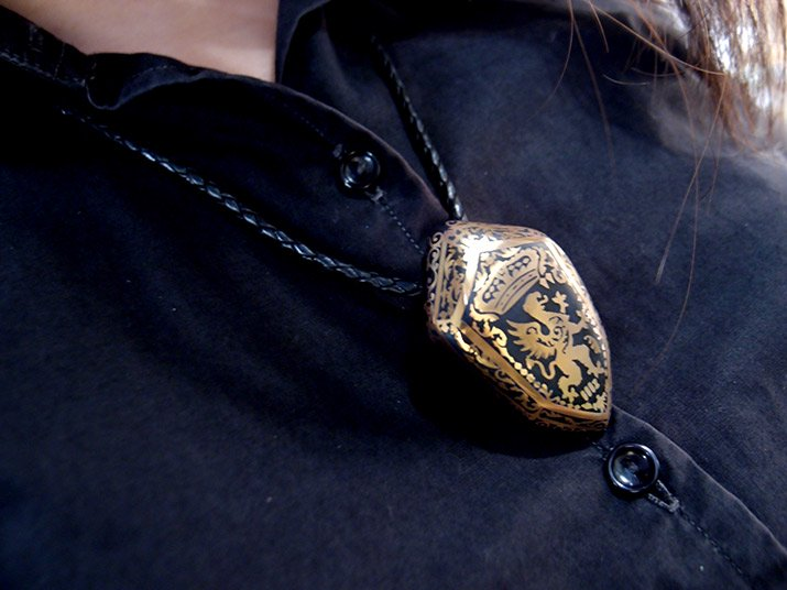 Caspol Glass カスポルグラス 盾型の紋章「王冠とグリフォン」  ペンダント