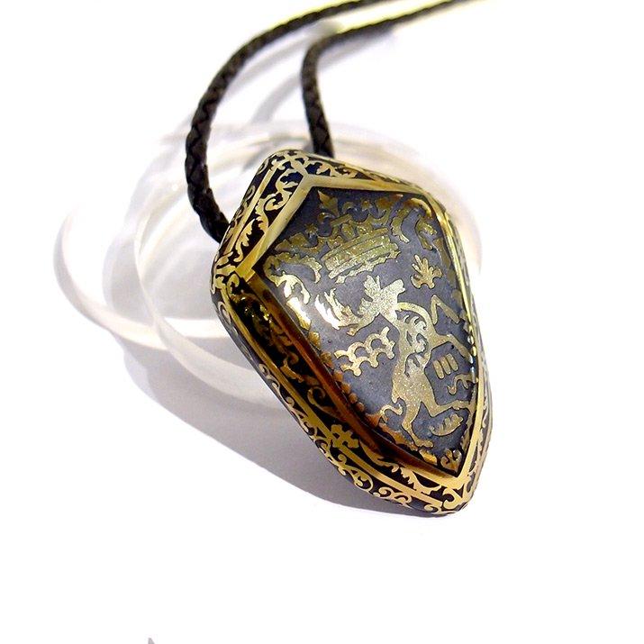 Caspol Glass カスポルグラス 盾型の紋章「王冠とヘラジカ」  ペンダント