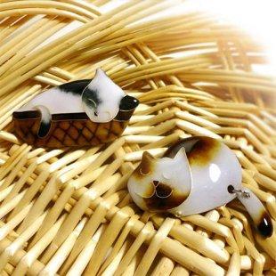 [七宝焼き] いねむりネコ ブローチ